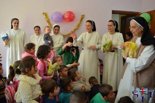 Distribution des cadeaux aux enfant pendant la Noel