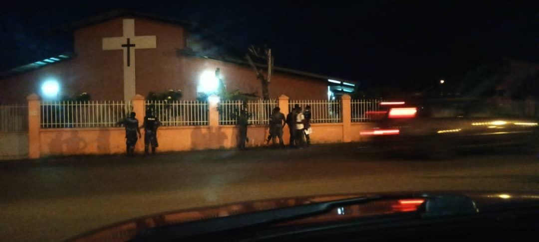 Les forces de l'ordre devant la paroisse coeur immaculée  à  Libreville